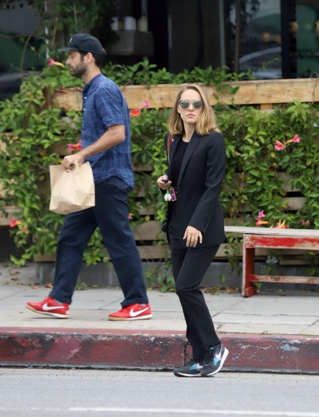Natalie Portman: Out for lunch in Los Angeles-03