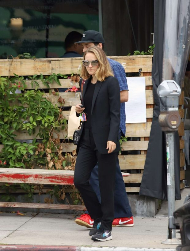 Natalie Portman: Out for lunch in Los Angeles-07