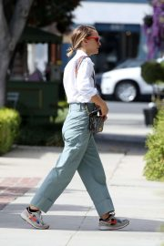 Natalie Portman - Running errands in Los Angeles