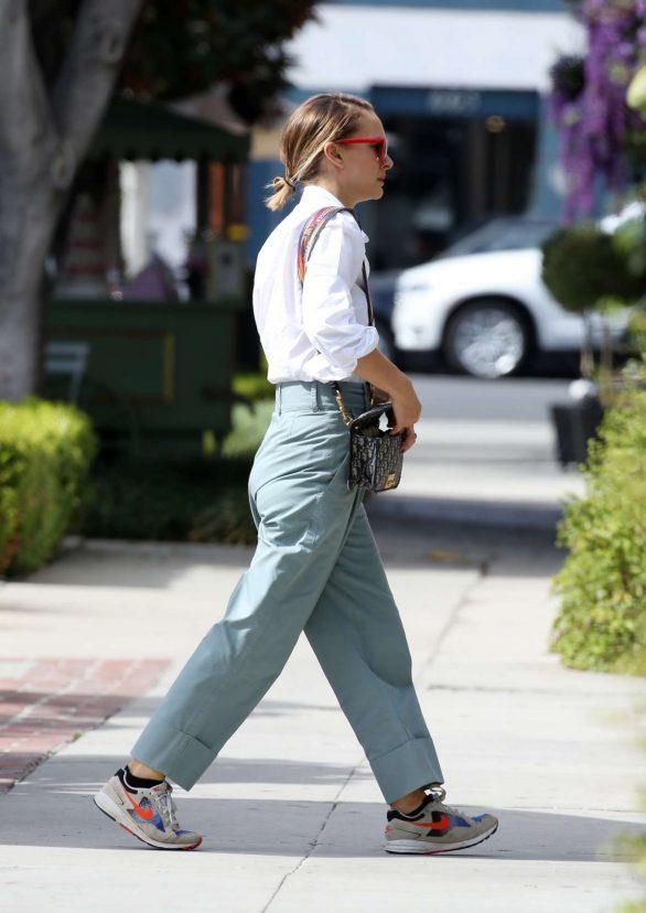 Natalie Portman - Running errands in Los Angeles