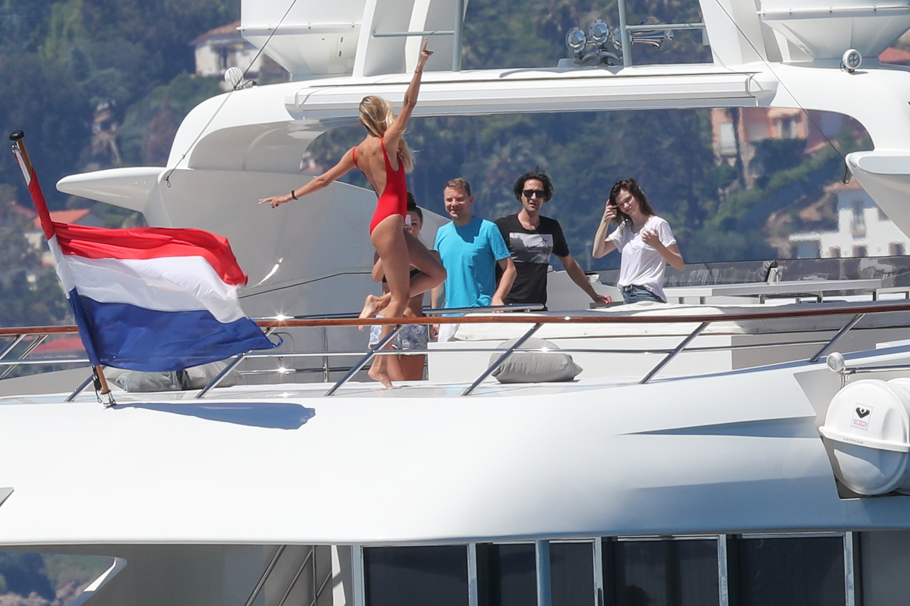 все развлекаются на яхте хотите