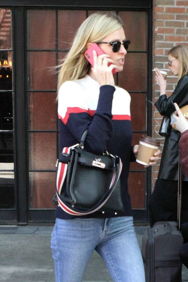 Nicky Hilton - Chats on the phone in New York