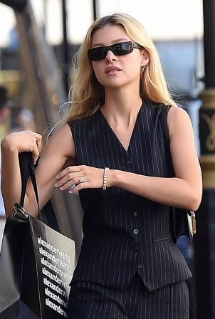 Nicola Peltz - Shows her £350,000 engagement ring in London