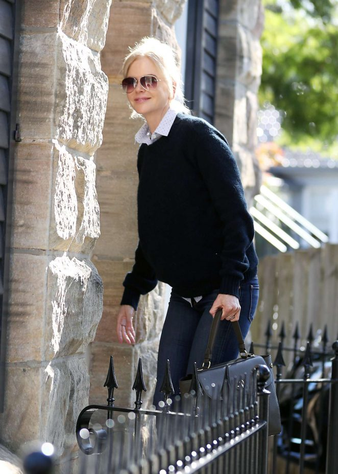 Nicole Kidman Arrives at her mother's house in Sydney