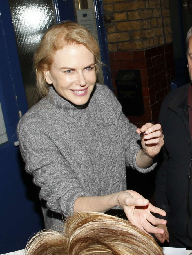Nicole Kidman - Signing autographs after performing at the Noel Coward Theatre