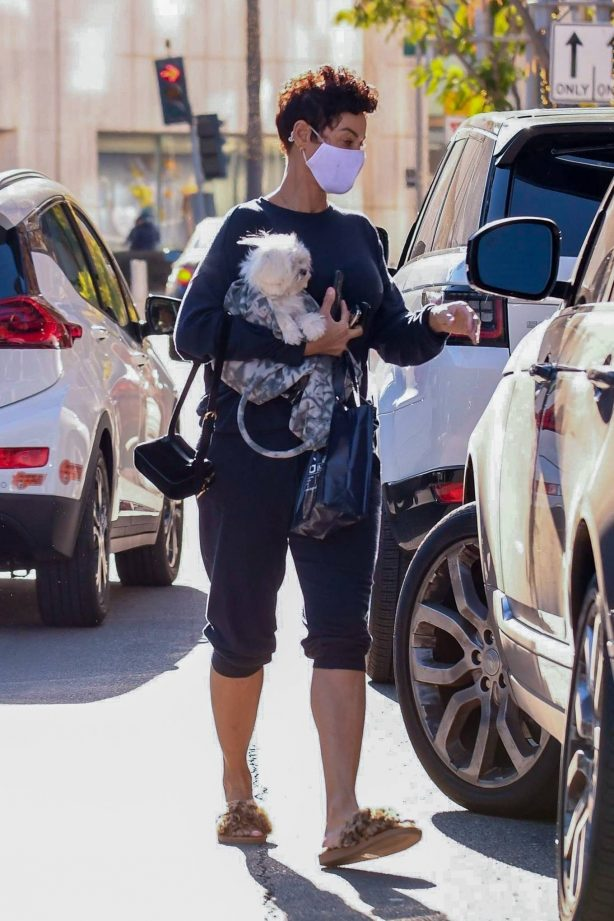 Nicole Murphy - Leaves a medical building in Los Angeles