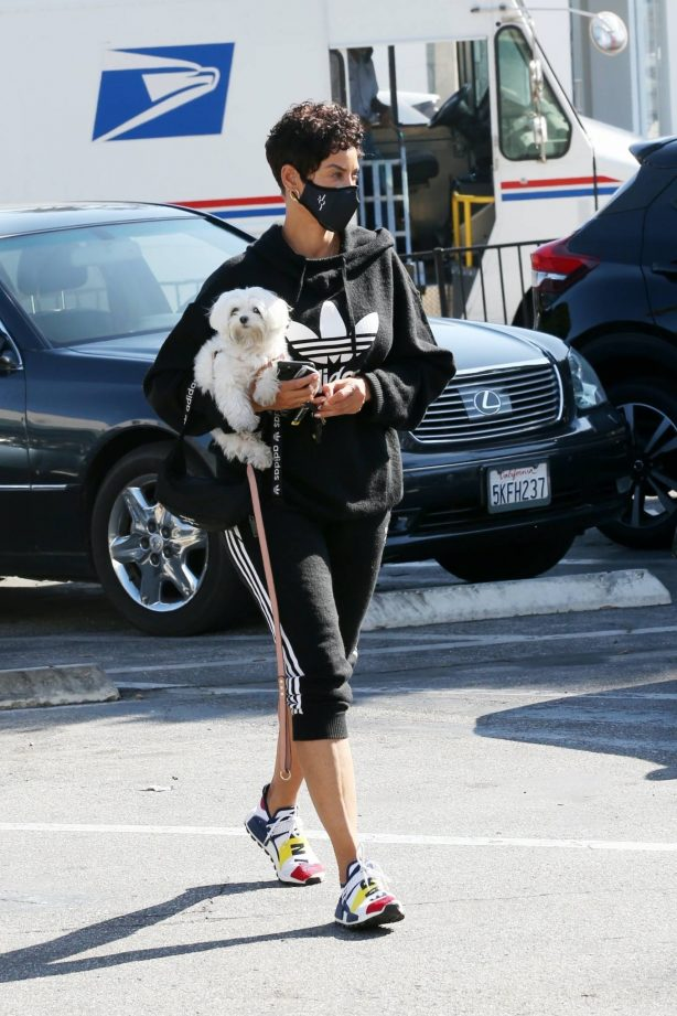 Nicole Murphy - Seen shopping with her pooch at Petco in West Hollyywood