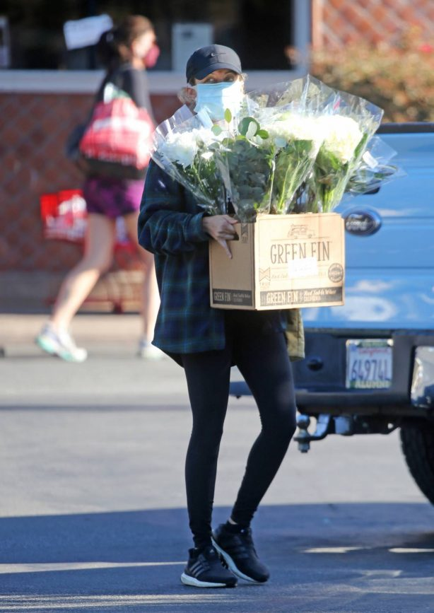 Nicole Richie - At the farmers market on Super Bowl Sunday in Los Angeles