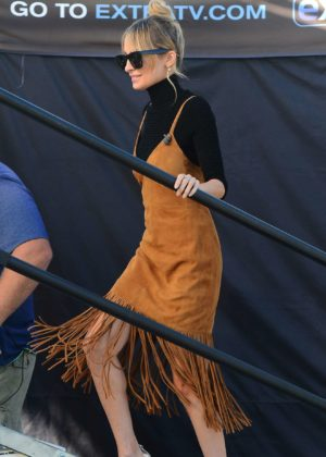 Nicole Richie - On the set of Extra in