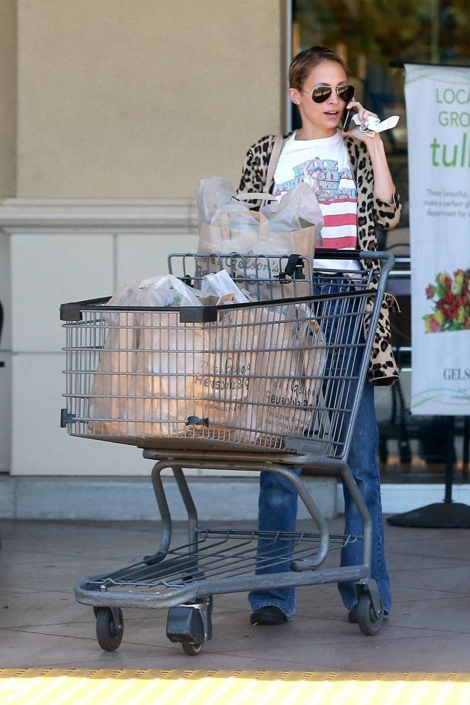 Nicole Richie shopping at Gelsons Market -05