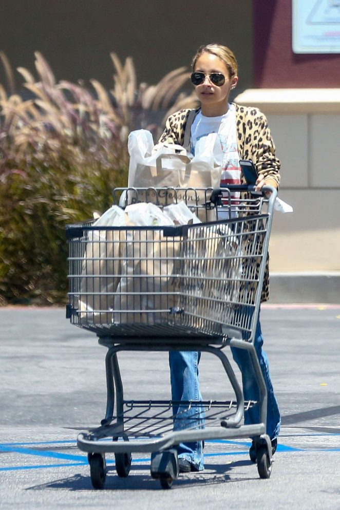 Nicole Richie shopping at Gelsons Market -06