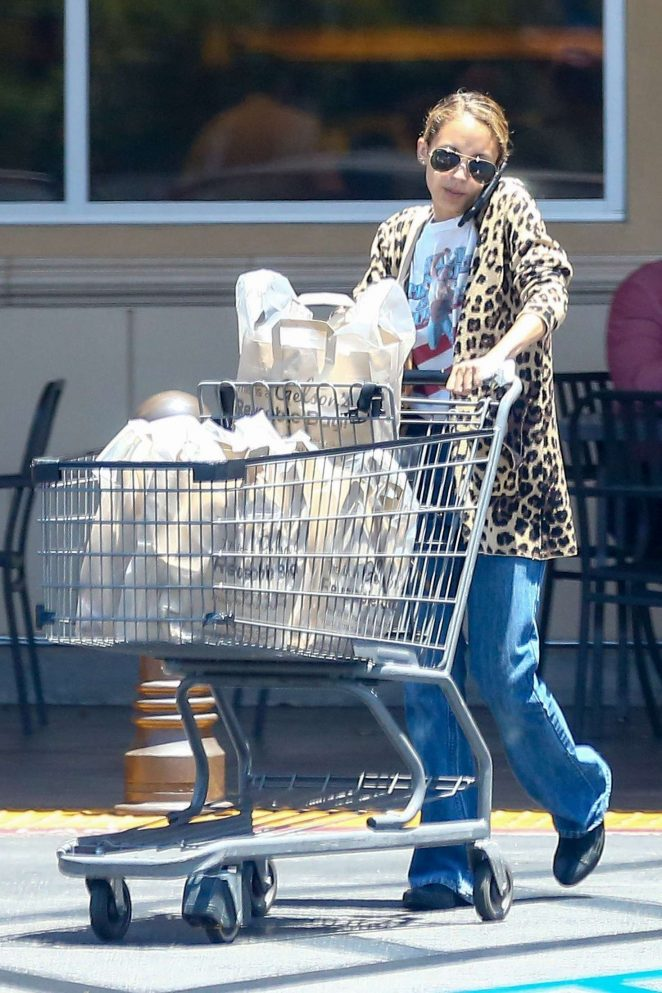 Nicole Richie shopping at Gelsons Market -19