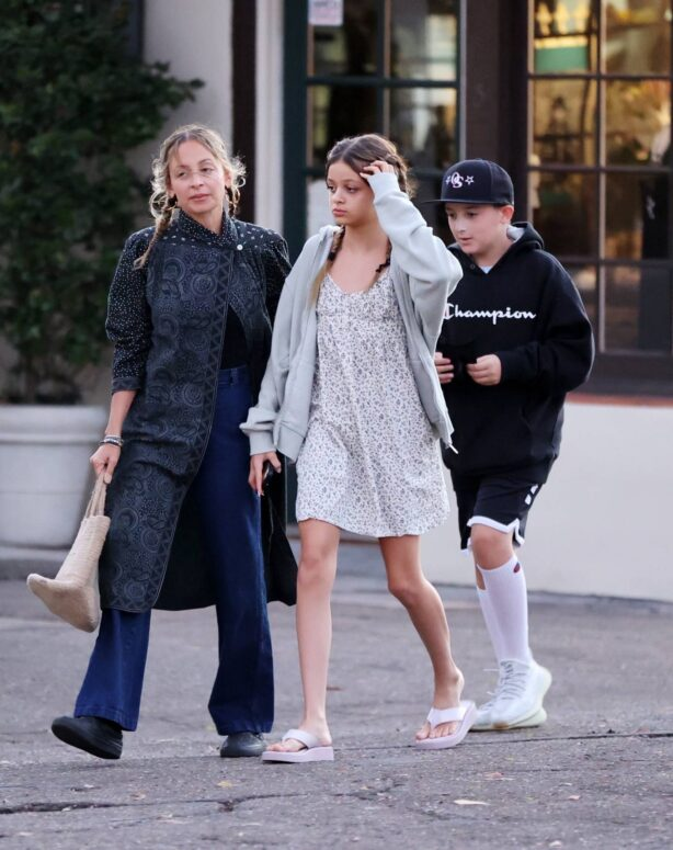 Nicole Richie - Steps out witha a friends for dinner in Santa Barbara
