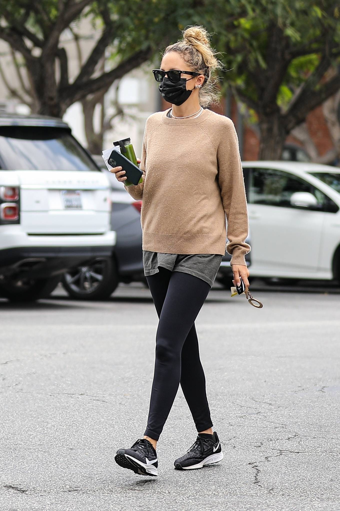 Nicole Richie - Stops by the market in Beverly Hills