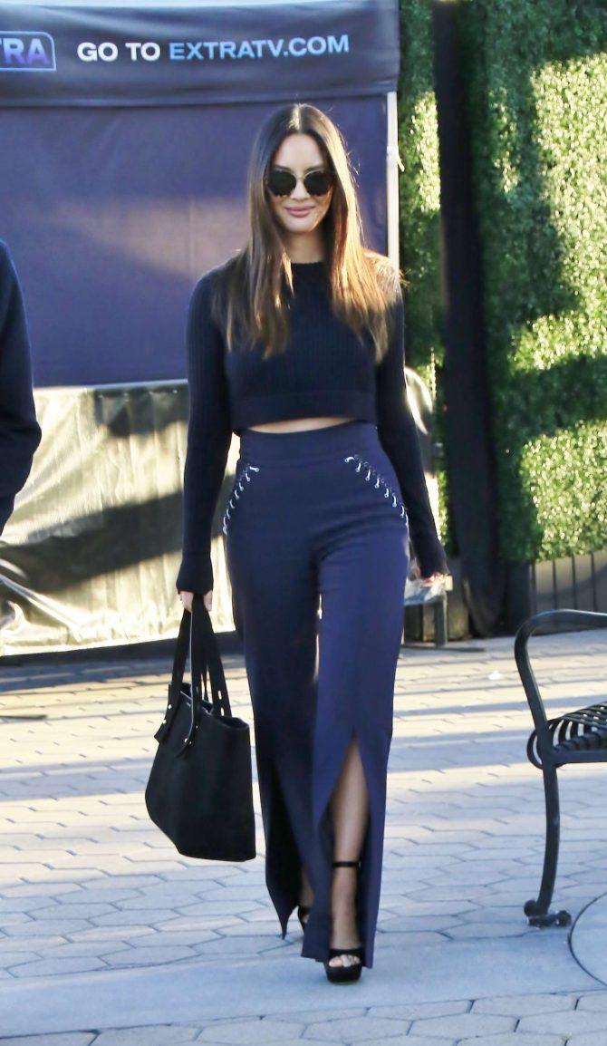 Olivia Munn – Visits 'Extra' at Universal Studios Hollywood in LA