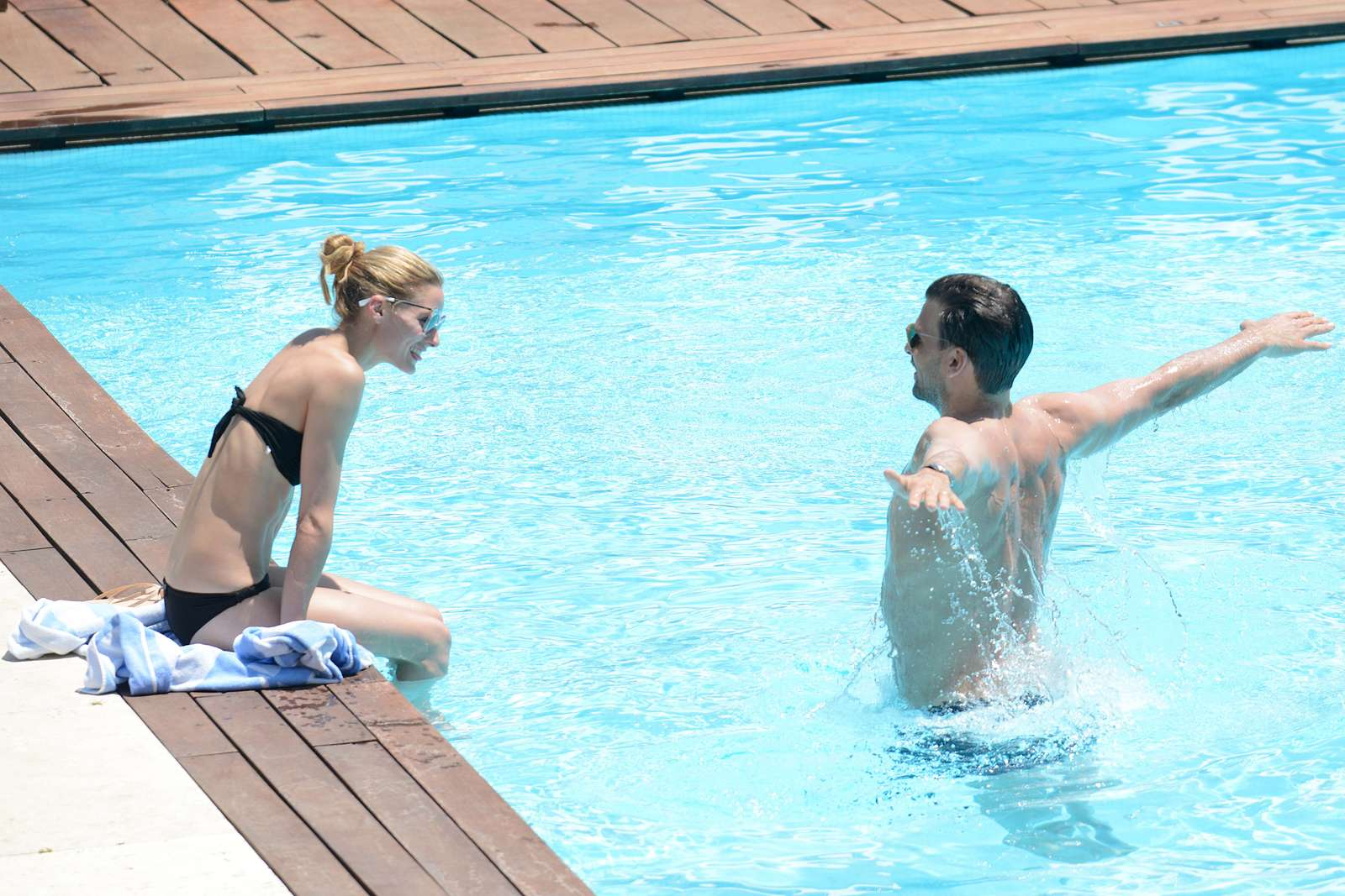 Stunning olivia palermo in black bikini at a pool in capri for Pool show 2016