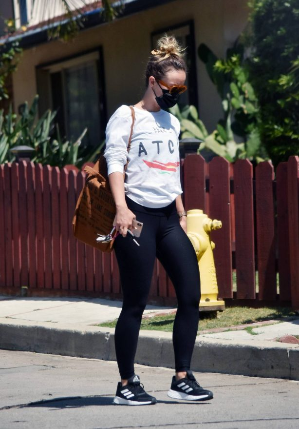 Olivia Wilde - Running errands in Los Angeles