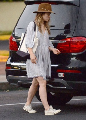 Olivia Wilde - Shopping in Maui