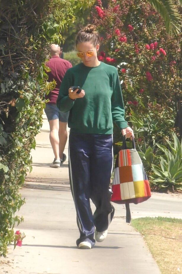 Olivia Wilde - spotted out and about in Los Feliz