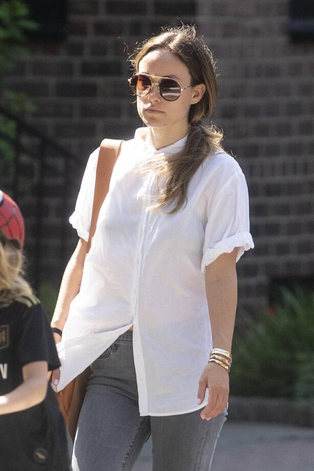 Olivia Wilde - takes children out for breakfast