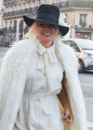 Pamela Anderson Oui Shopping in Paris