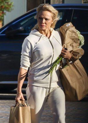 Pamela Anderson - Shoppin at Vintage Grocers market in Malibu