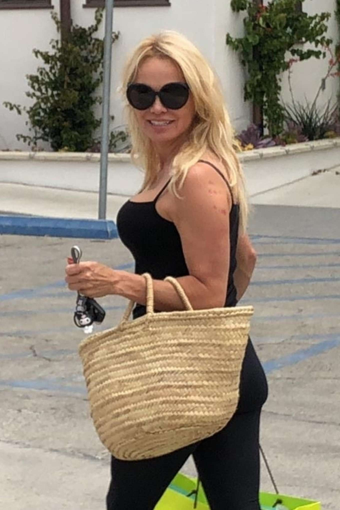 Pamela Anderson - Shopping in Los Angeles