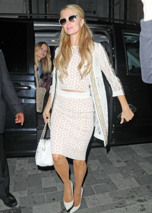 Paris Hilton - Arriving at Euston Station on a train from Liverpool