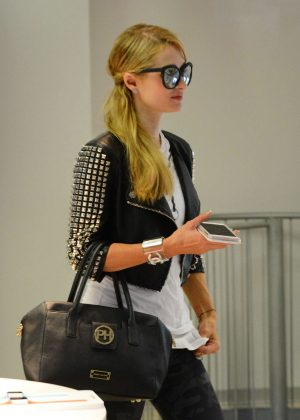Paris Hilton - Shopping at the apple store in Milan