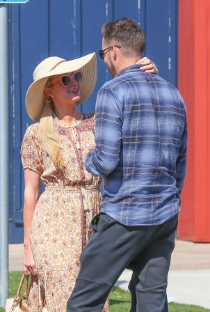 Paris Hilton - Shopping at the Malibu Coutnry Mart
