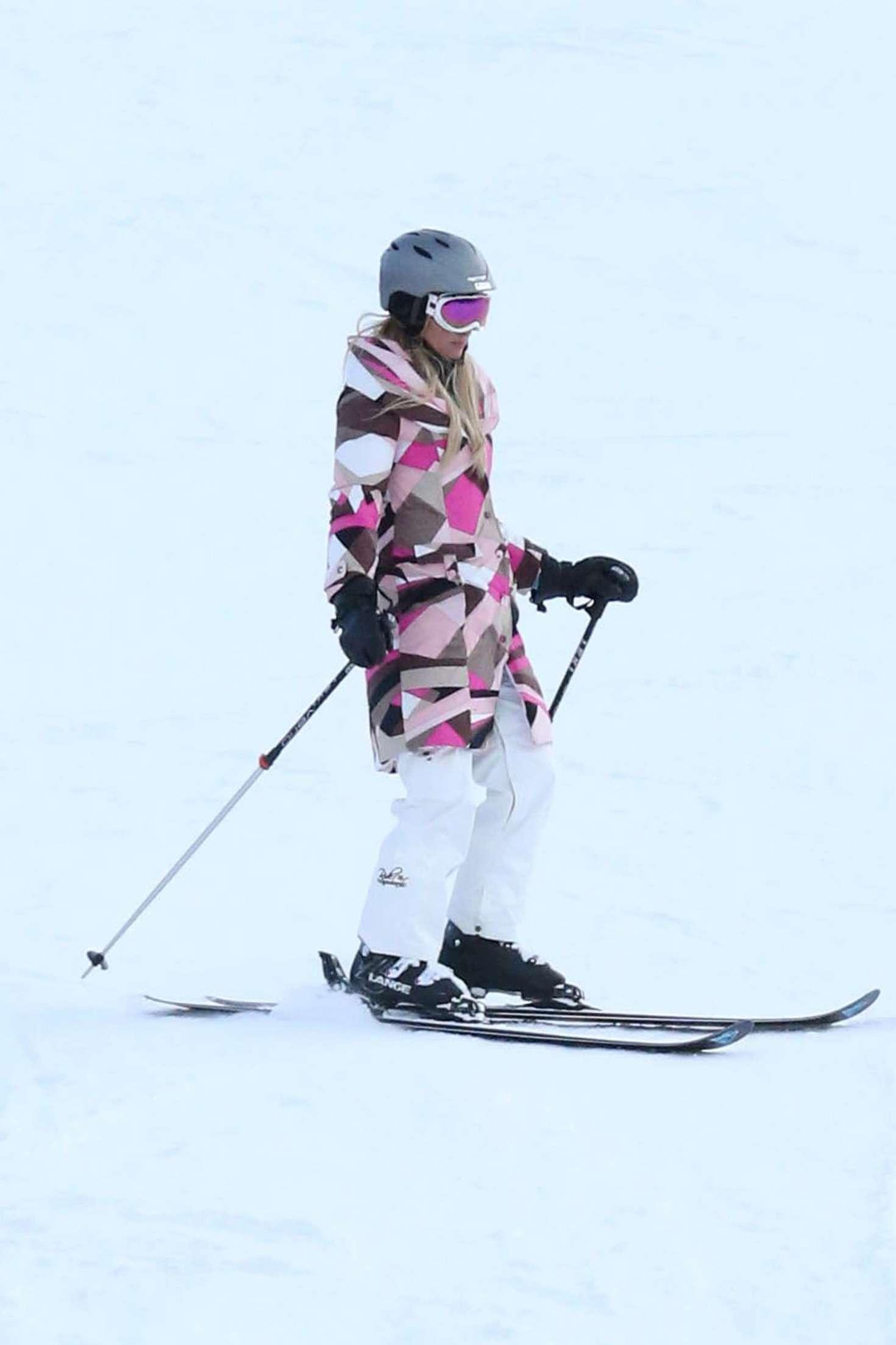 Paris Hilton 2016 : Paris Hilton Skiing in Aspen -01