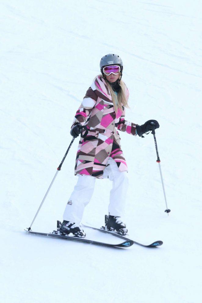 Paris Hilton Skiing in Aspen -04