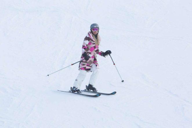 Paris Hilton Skiing in Aspen -06