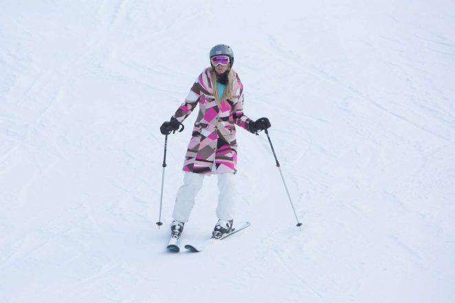 Paris Hilton Skiing in Aspen -09