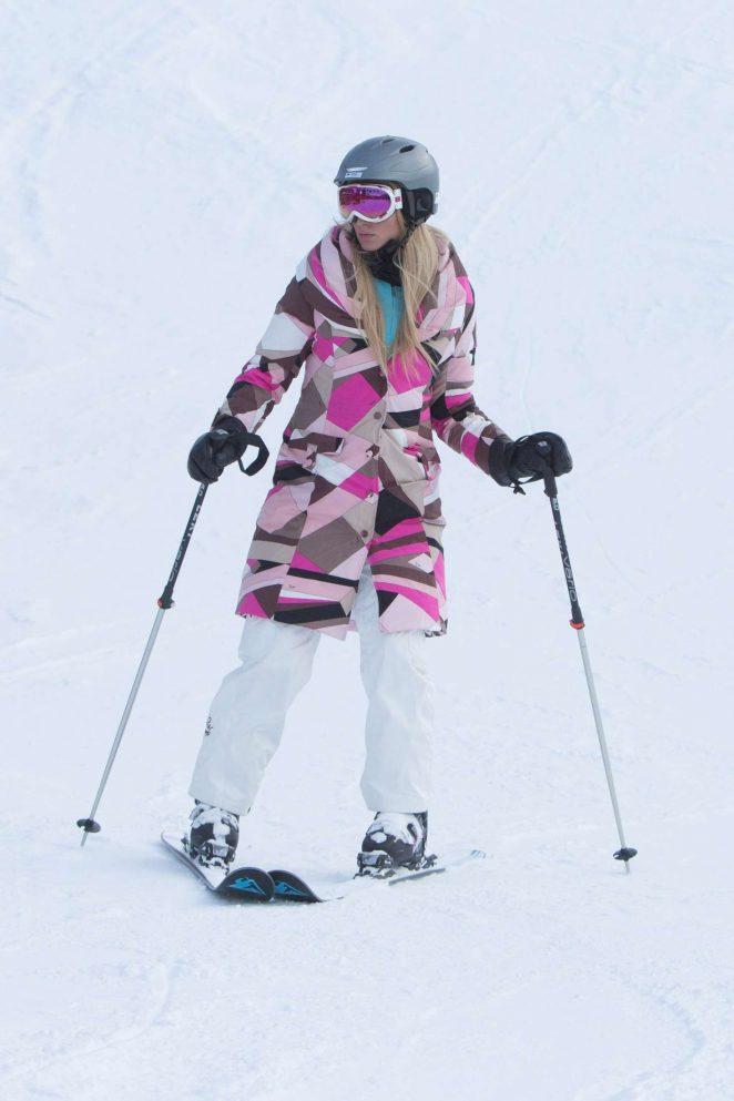Paris Hilton Skiing in Aspen -11