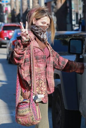 Paris Jackson - Shows a peace sign at Petco in Santa Monica