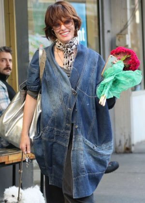 Parker Posey - Shopping fresh flowers in the West Village