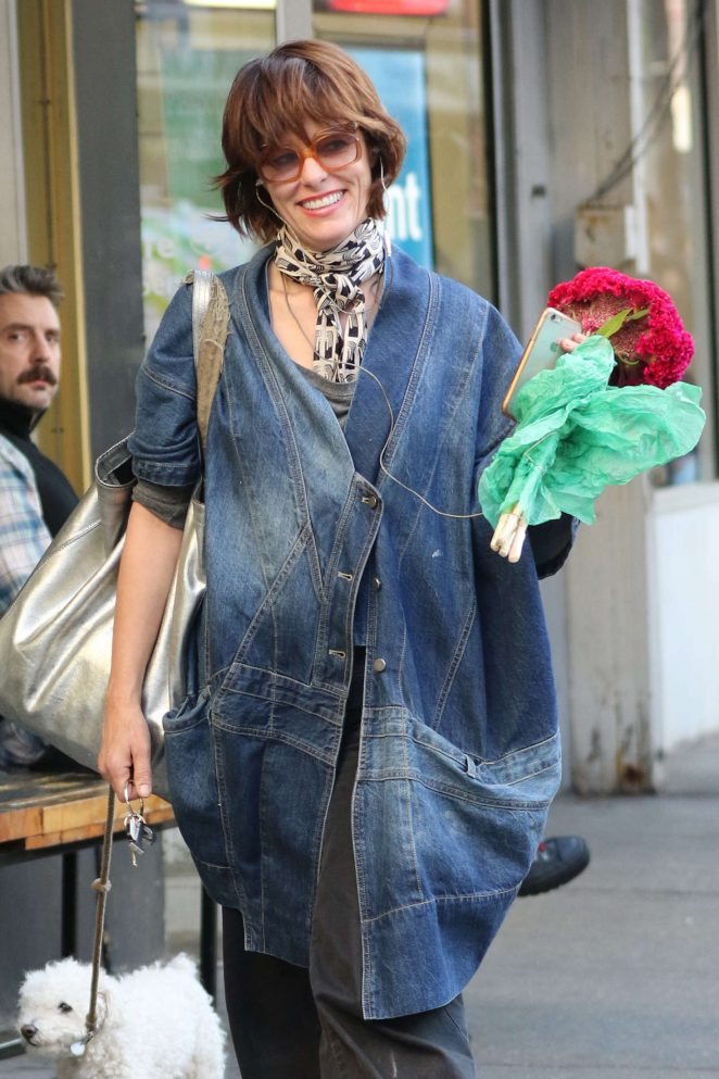 Parker Posey – Shopping fresh flowers in the West Village