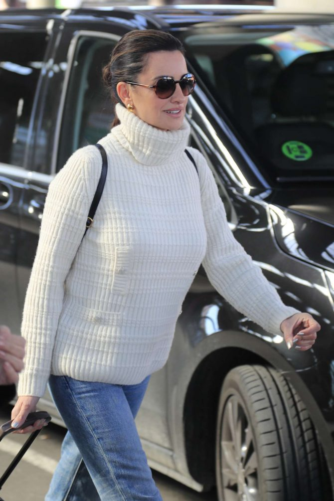 Penelope Cruz in Jeans – Arrives in Madrid
