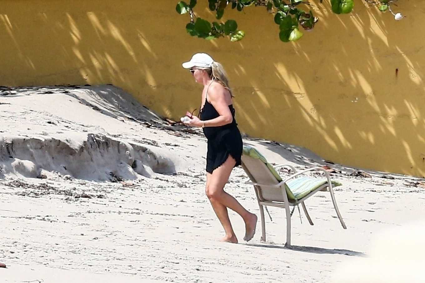 Penny Lancaster 2020 : Penny Lancaster – Seen at the beach outside of quarantine lockdown in West Palm Beach-14