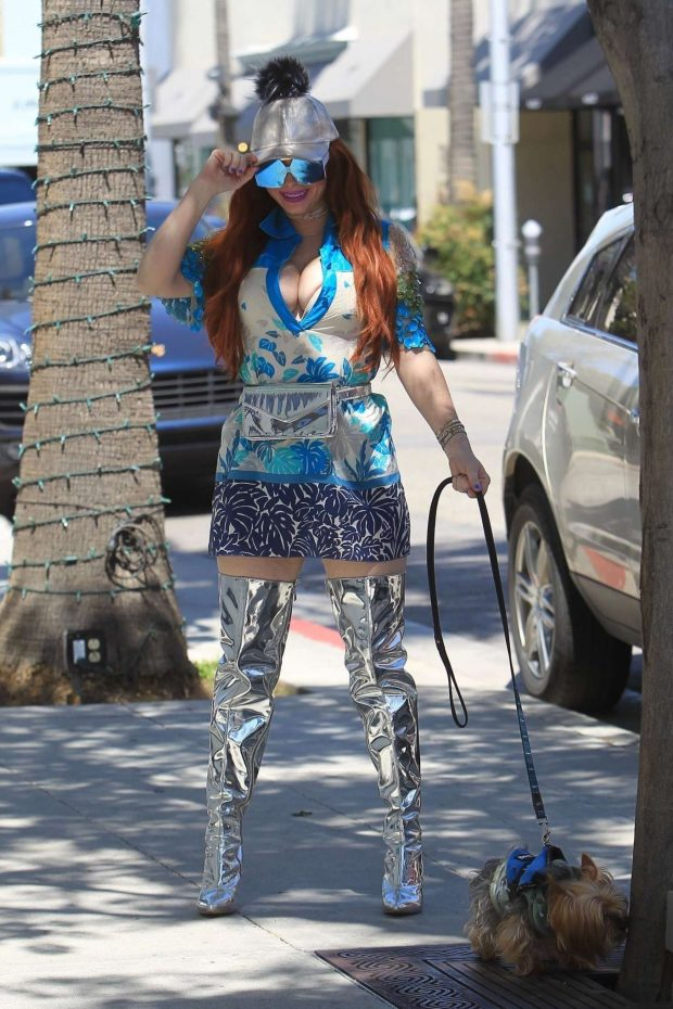 Phoebe Price - Walk her dog in Beverly Hills