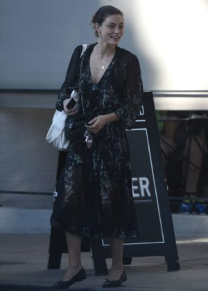 Phoebe Tonkin out for lunch with friends in LA