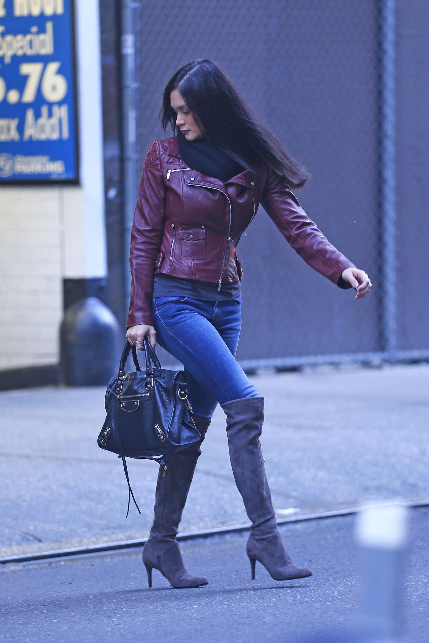 Pia alonzo wurtzbach botty in jeans 11 gotceleb for 24 hour tanning salon nyc