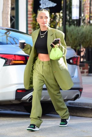 Pia Mia - Shows her toned abs while grabbing coffee in Westwood