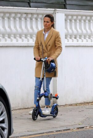 Pippa Middleton - Scooter ride candids on the streets of London