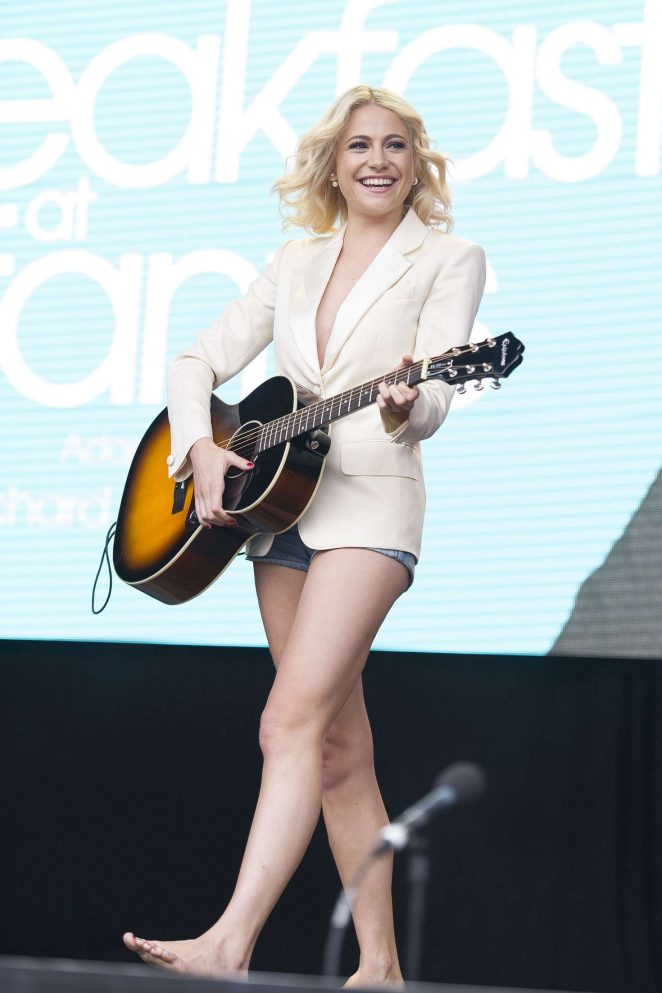 Pixie Lott: Breakfast at Tiffanys Performance at West End Live -08