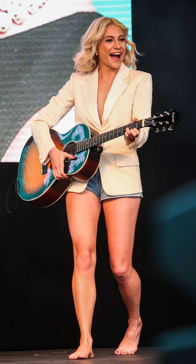 Pixie Lott: Breakfast at Tiffanys Performance at West End Live -10