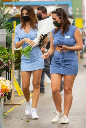 Pregnant Emily Ratajkowski - Seen at a flower market in Los Angeles
