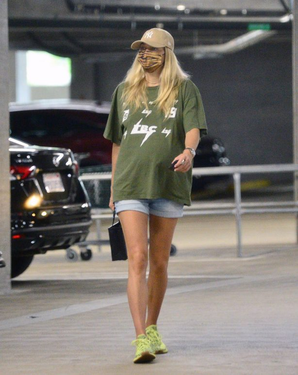 Pregnant Jessica Hart - Seen shopping with her mom in Los Angeles