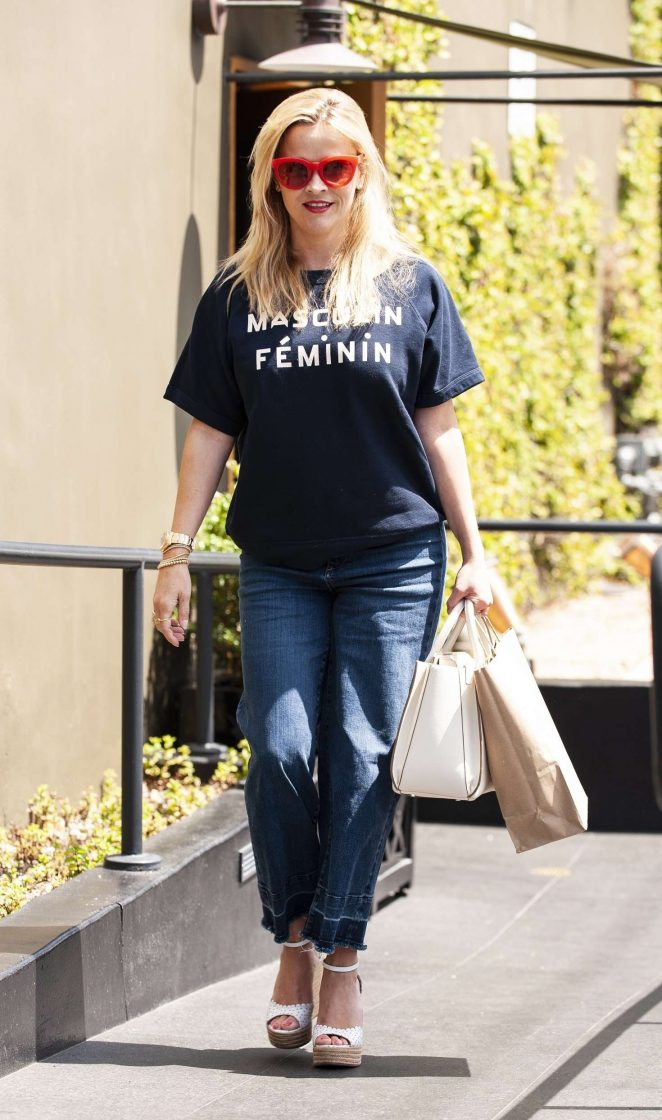 Pretty - Reese Witherspoon - Leaves R+D restaurant on Montana Ave in Santa Monica